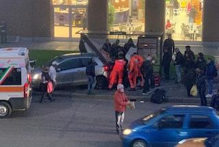 Milano, auto travolge due persone alla fermata del bus: la conducente era ubriaca