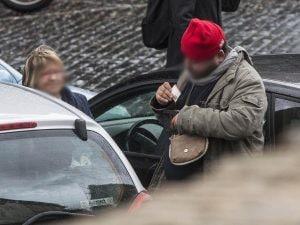 Un parcheggiatore abusivo (Immagine di archivio LaPresse)