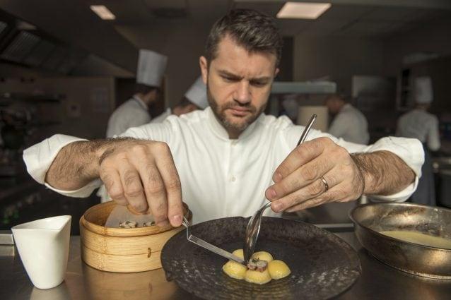 Enrico Bartolini nella cucina del suo ristorante al Mudec di Milano (LaPresse)