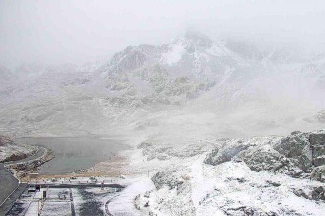 La prima nevicata sul passo Gavia immortalata dalle webcam