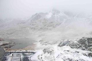 In montagna è arrivato l'inverno: la prima nevicata sul passo Gavia immortalata dalle webcam