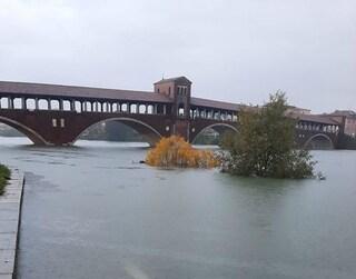 Maltempo in Lombardia, paura per laghi e fiumi in piena: allerta meteo arancione nel Pavese