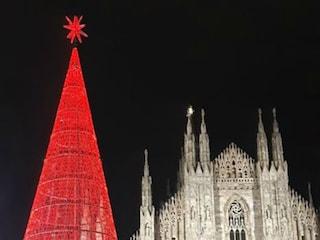 Natale 2019 a Milano, l'albero di metallo in piazza Duomo: prove tecniche di illuminazione
