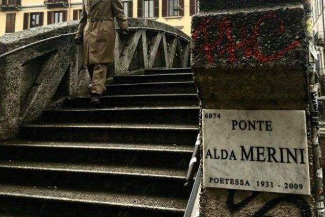 La targa apposta al ponte di via Corsico lungo il Naviglio Grande a Milano