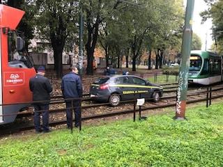 Milano, auto della guardia di finanza finisce sui binari del tram: traffico bloccato e linee deviate