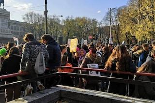 """Milano, Fridays For Future e """"sardine"""" in piazza per il clima e contro il consumismo"""