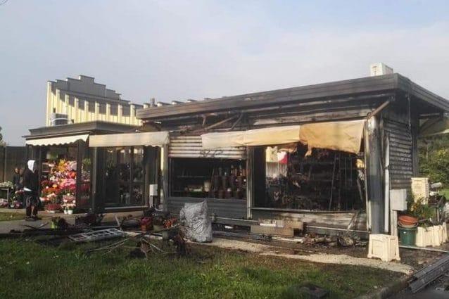 Il chiosco di fiori bruciato a Baggio