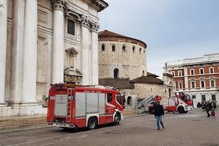 Raffiche di vento a 100 chilometri orari a Brescia: crolla una lastra dal tetto del Duomo