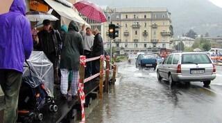 Maltempo, esonda il lago di Como: posizionate le passerelle pedonali