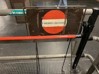 """Milano, la denuncia di una cittadina: """"L'uscita di sicurezza in metro è bloccata"""""""