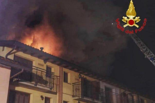 La palazzina in fiamme a Giussano (Foto: Vigili del fuoco)