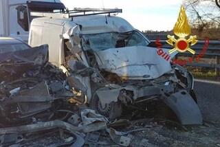 Camion perde il carico sulla Ss36 a Seregno: colpito un furgone, grave una donna di 42 anni