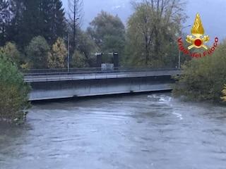 Maltempo, a Luino preoccupa il fiume Tresa: chiuso un ponte, evacuata caserma dei vigili del fuoco