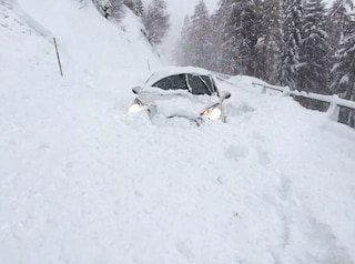 Passo del Tonale, disagi a causa della neve: strade sommerse e tunnel per entrare nelle case