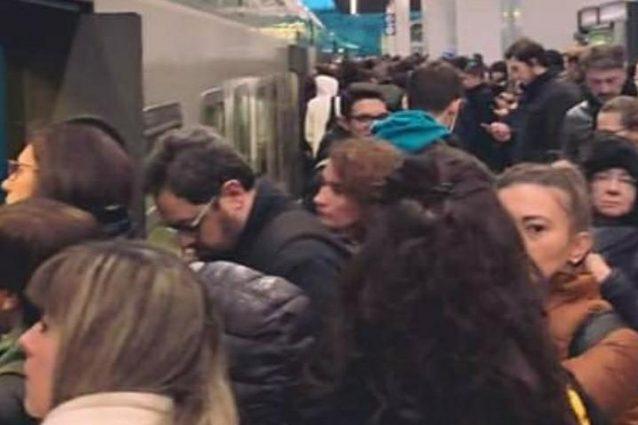 I pendolari in attesa alla stazione di Monza