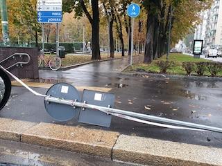 Milano, i pali della segnaletica sono pericolanti: la denuncia del comitato Abruzzi-Piccinni