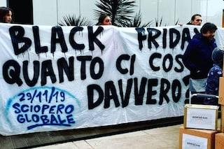 """Milano, ambientalisti contro il Black Friday e Amazon: """"Il consumismo distrugge il pianeta"""""""