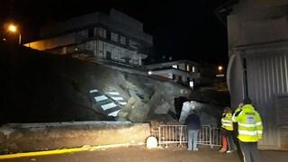 Crolla una strada in Val Brembana, ricerche in corso sotto i detriti