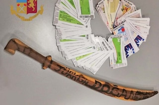 Milano, gira in auto con una sciabola e oltre 100 ticket restaurant nelle mutande: denunciato 49enne