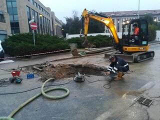 Monza, via Visconti chiusa al traffico per una perdita d'acqua: bloccato il traffico in centro