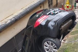 Pavia, sfonda il muretto e precipita nel fossato: 75enne fa volo di 4 metri con la macchina