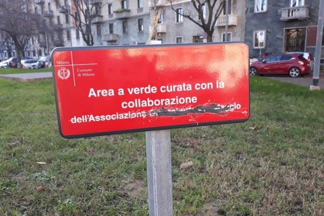 La targa in memoria di Gianroberto Casaleggio sfregiata da ignoti a Milano