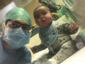 """Il piccolo Filippo e la sua mamma, in ospedale (Foto dalla pagina Facebook """"Un dono per Filippo"""")"""