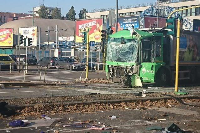 Il mezzo Amsa coinvolto nell'incidente (foto Facebook Emanuele Lopratriello)