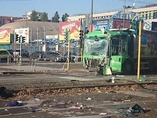 Milano, scontro tra filobus e camion dei rifiuti in viale Bezzi: almeno 12 feriti, in coma una donna