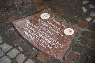 Milano, in piazza Fontana diciassette formelle per ricordare le vittime innocenti della strage
