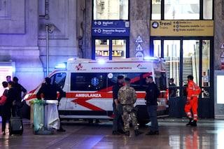 Milano, aggredisce una donna incinta e lancia un sasso contro un bus: paura in stazione Centrale