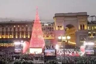 Milano, l'accensione dell'albero di Natale in piazza Duomo tra luci, musica ed effetti speciali