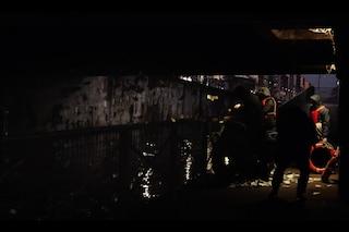 Milano, il mistero delle banconote false nel Naviglio: spunta un video con sei uomini incappucciati