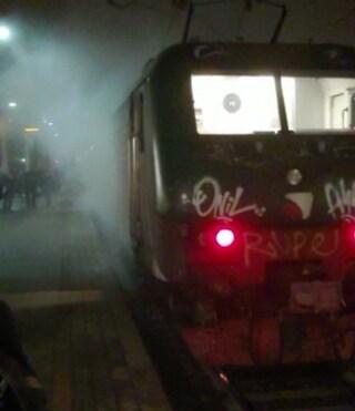 Cremona, locomotiva deraglia durante una manovra in stazione e finisce contro un palo della luce
