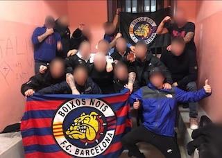 Bandiere e saluti romani in Questura: la foto beffa degli ultras del Barcellona a Milano
