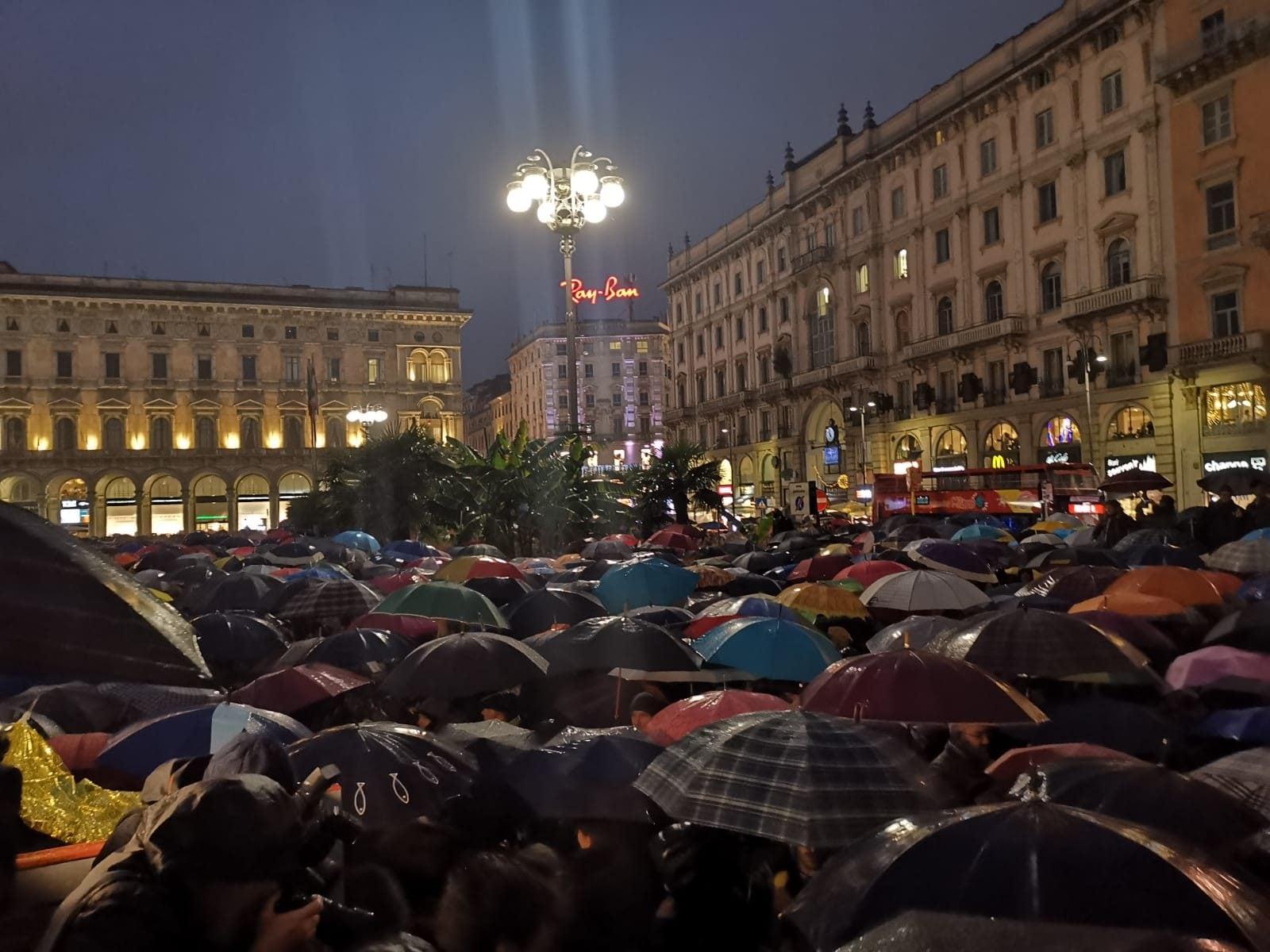 Le sardine in piazza Duomo a Milano (Foto Simone Gorla/Fanpage.it)