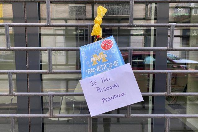 """Milano, misterioso benefattore appende un panettone fuori da un negozio: """"Se hai bisogno, prendilo"""""""