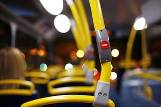 """Milano, ragazzo di 29 anni minacciato sul bus con la pistola: """"Neg.. di mer.."""""""