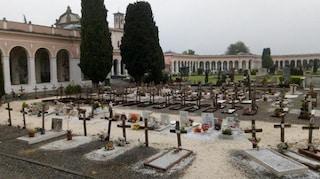 Chiari, lavori al cimitero: una bara cade a terra, si rompe e fuoriesce la salma