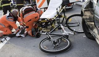 Incidente stradale a Gorgonzola, ciclista di 34 anni investito da un camion: morto sul colpo