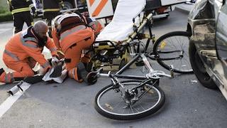 Capriolo, nonna con il nipote nel passeggino attraversa la strada e viene travolta da un ciclista
