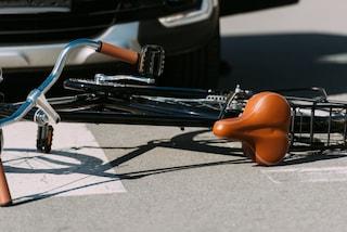 Tragico incidente a Castano Primo, donna in bici travolta e uccisa da un'auto