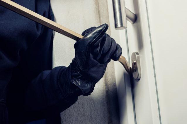 Bergamo, tenta furto in un appartamento: bambina di 10 anni lo fa arrestare