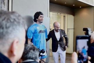 La statua di Maradona alla Rinascente di Milano (coi personaggi dei presepi di San Gregorio Armeno)