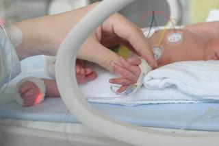 """Coronvirus, a Pavia curati dieci neonati positivi: """"Contagiati nei primi giorni di vita"""""""