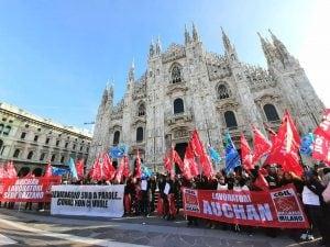 La manifestazione dei lavoratori Auchan–Conad in piazza Duomo a Milano (foto MiaNews)