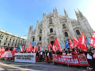 """Milano, in piazza Duomo la protesta dei lavoratori ex Auchan in sciopero: """"Conad non ci vuole"""""""