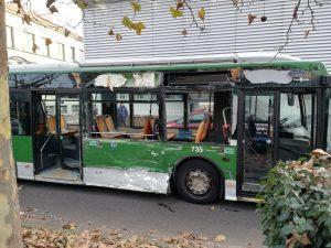 Il filobus distrutto