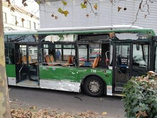 """Scontro tra filobus e camion rifiuti, una testimone: """"L'autista parlava al telefono mentre guidava"""""""