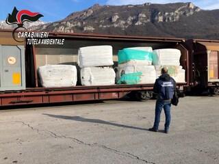 Lecco, sequestrato un treno carico di 815 tonnellate di rifiuti speciali: era diretto in Bulgaria
